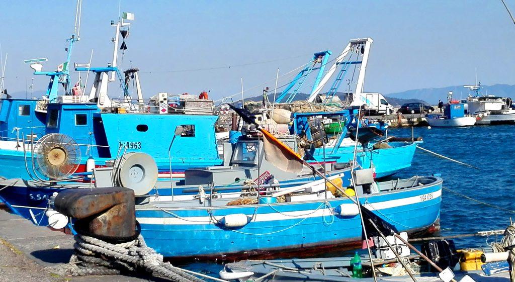 Porto di Formia, qualche giorno fa. (Questi azzurri, ad esempio, mi commuovono di brutto)